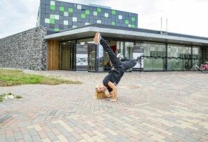 Dansschool Nijmegen Noord dansen grote boel uitdaging oosterhout kion kindcentrum de kliff ster oversteek dansles hip hop breakdance urban groen zwart gebouw