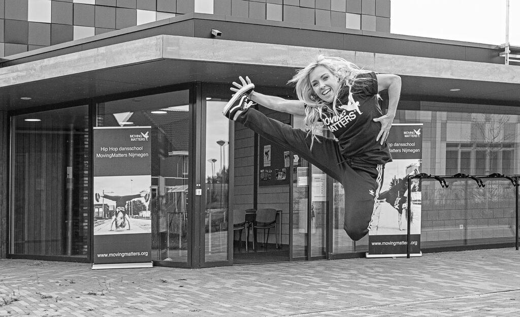 beroemde danseres MovingMatters in Nijmegen Noord artikel BEN er weer Nijmegen Noord online Elst Bemmel Oosterhout, Arnhem Hip Hop dansschool AFRO Toon de vos foto krantenartikel