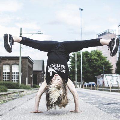 Dansschool Nijmegen urban dansstijlen voor kinderen jeugd en volwassenen Handstand Marthe Weijers MovingMatters dansles Noord breakdance